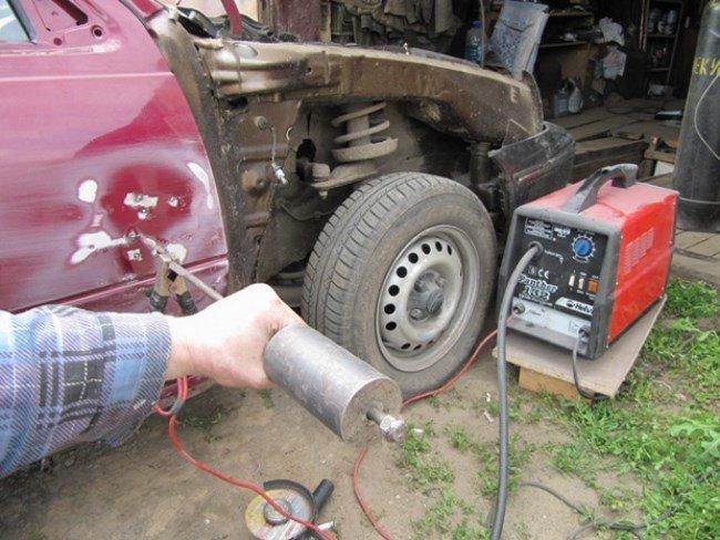 С помощью споттера можно достаточно быстро приваривать «зацепы» для вытягивания металла