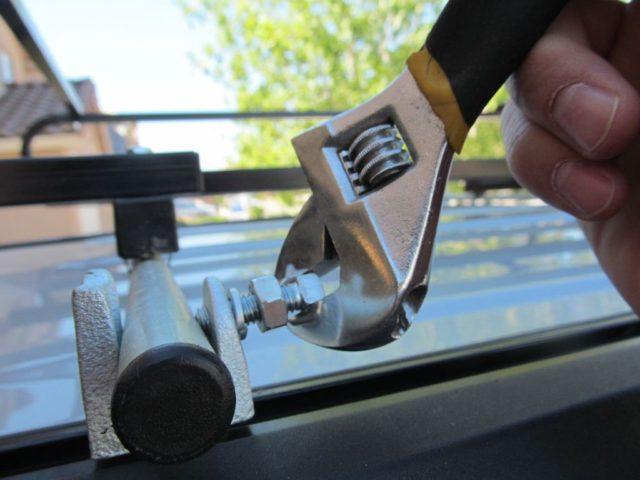 При наличии готовых дуг на вашу модель авто установка рейлингов на крышу автомобиля позволяет не снимать обшивку при их монтаже