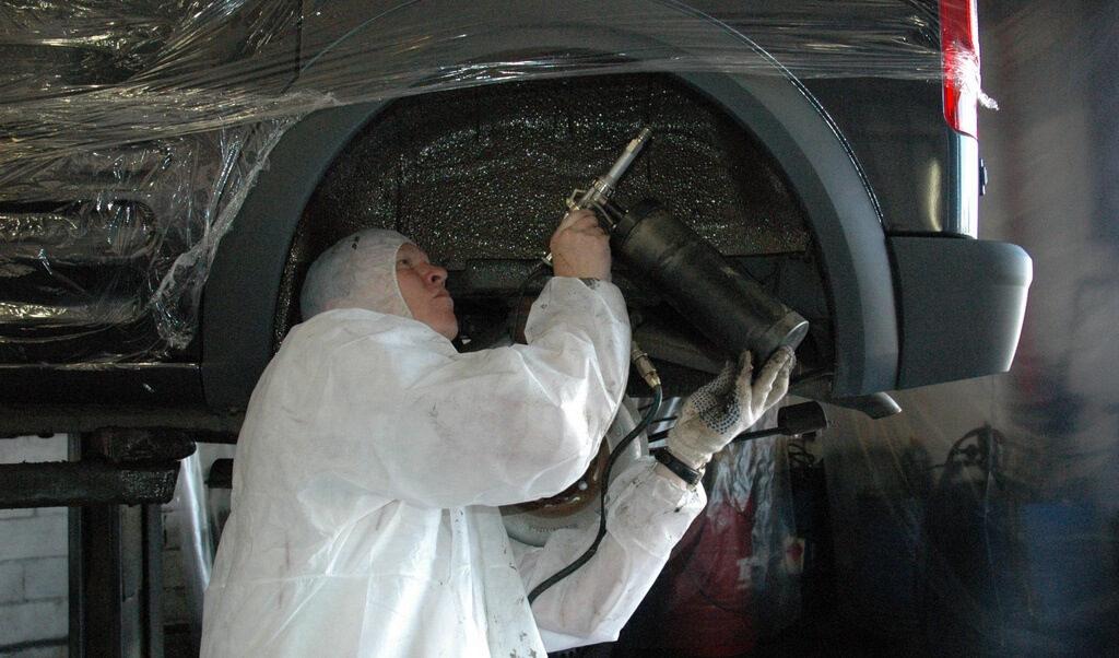 Нанесение защитных материалов на колёсные арки